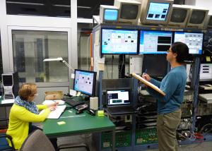 Eintrag ins Logbuch: Lotte Lens (links) und Luis Sarmiento (rechts) dokumentieren alle wichtigen Parameter. Foto: GSI