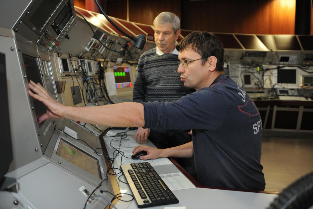 Fritz Bosch (hinten) und Yuri Litvinov im Kontrollraum während des Neutrino-Experiments. Bild: G. Otto/GSI