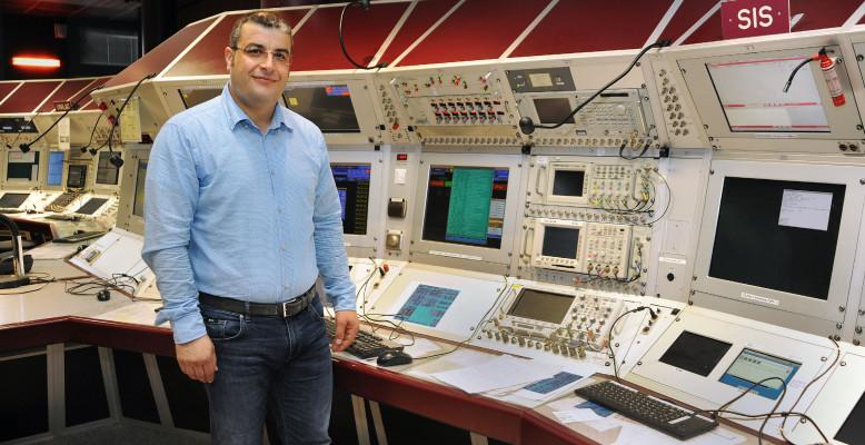 Youssef El Hayek im Hauptkontrollraum. Zu seinen Aufgaben gehört auch die Steuerung des Ringbeschleunigers SIS18. Foto: G. Otto/GSI