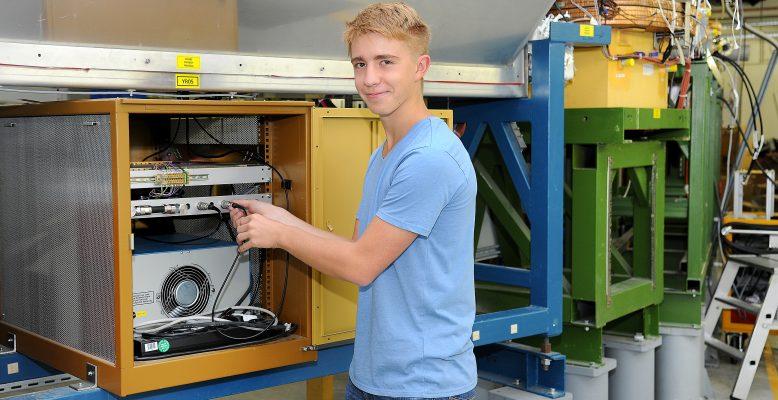 "Alexander Bayer hat bei ""Jugend forscht"" ein Praktikum bei GSI und FAIR gewonnen. Foto: G. Otto/GSI"