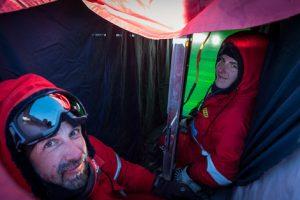 Stefanie und Martin im Durchlichtschacht. In grün die von hinten beleuchteten Schneeschichten.