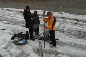 Setzen einer neuen Pegelstange, 12m tief ins Eis mit Dampfbohrer