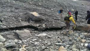 Toteis: nicht mehr mit dem noch fließenden Teil des Gletschers verbundenes Eis.
