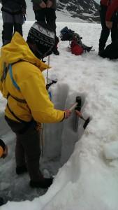 Dichtebeprobung im Schneeschacht