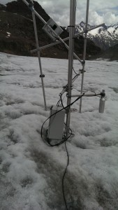 """Ablatometer: Messung der Eisgeschwindigkeit in einem in 20 m Tiefe verankerten GPS mit der Bewegung eines auf der Oberfläche """"schwebenden"""" Geräts."""