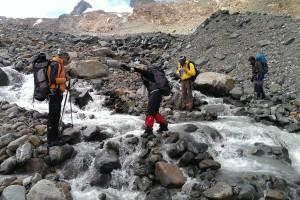 Querung eines Gletscherbachs mit nachmittaglichem Hochwasser auf dem Rückweg zum Depot und Hütte.