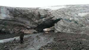 Die von Staublagen durchzogene Eisfront des Getschers