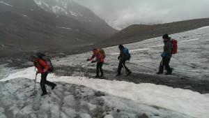 Keine Gletscherspalte: Auf ihren Weg überqueren die Expeditionsteilnehmer einen schneebedeckten Schmelzkanal