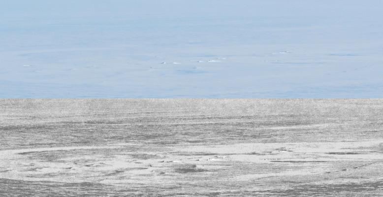 Das Bild zeigt die beobachtete ringförmig umrahmte Bruchstruktur im Schelfeis (oben: Foto im Original, unten: mit erhöhten Kontrast)