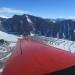 Flugzeugpanaorama: die Bänder aus Geröll im Schnee entstehen durch die Fließbewegung des Eises.