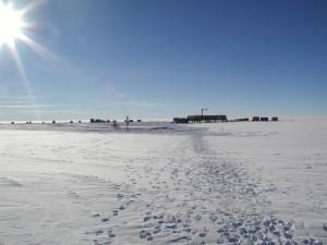 Die Kohnen-Station von Osten aus gesehen. (C) AWI.
