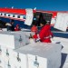 AWI-Wissenschaftler beladen der Polar 6 mit Eiskernkisten, Foto vom 26.1. 2013. Foto: Martin Leonhardt, Alfred-Wegener-Institut