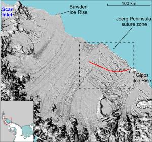 Diese Grafik zeigt eine Satellitenaufnahme vom 3. Dezember 2014. Das Larsen C-Schelfeis wird hier als graue Fläche dargestellt, welches im unteren Bildrand von den Bergen der Antarktischen Halbinsel umrandet wird. Der stetig wachsende Riss ist als rote Linie dargestellt. Sowie er sich einmal ganz durch das Eisschelf zieht, werden etwa zehn Prozent der Eisfläche als ein oder mehrere große Tafeleisberge wegbrechen. Aufnahme: NASA
