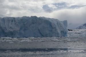 Eisberg in der Meeresbucht an der Antarktischen Halbinsel. Foto: Robert Ricker, Alfred-Wegener-Institut