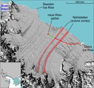 Der Riss hat sich seit Mai um etwa 25 Kilometer verlängert. Die Oberflächenstruktur des Schelfeises hebt die Nahtstellen zwischen den Einheiten die vom Land herabfließen hervor. Die Aufnahme ist vom Dezember 2014 (NASA)