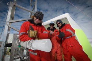 Martin, Philipp und Jan vor dem Eiskernbohrer mit dem 100 Meter Kern