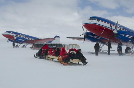 Die Kohnen Expeditionsteilnehmer fahren zu den beiden Basler DC-3 Flugzeugen von ALCI