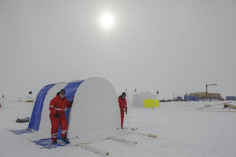 Andreas und Michael vor dem neuen Zelt