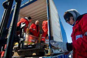 Holger, Michael, Steffi und Co. beladen den Frachtcontainer