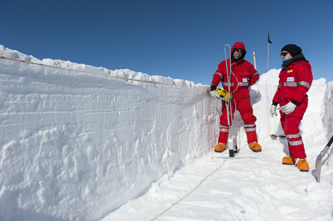 Martin und Stefanie mit dem SnowMicroPen Messgerät im Schneeschacht