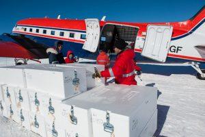 Andreas, Tobias, Steffi und Co. beim Beladen von Polar 6 mit Eiskernkisten