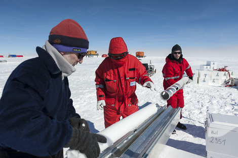 Sepp, Katja und Jan beim entleeren des Eiskernbohrers