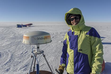 Philipp neben der neuen Satellitenantenne auf dem Dach der Station