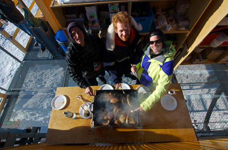 Roger, Tobias und Philipp beim Grillen