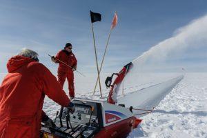 Sverrir und Holger mit Schneefräse beim Schneeschachtbau