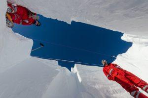 Steffi und Martin im tiefen Schneeschacht