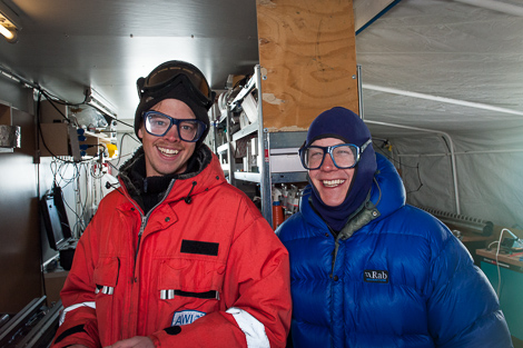 Philipp und Thomas in der Werkstatt mit Schutzbrillen