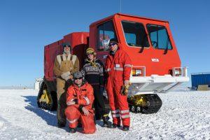 LIMPICS Gruppe: Coen, Rick, Anja und Pascal vor dem Seismiktruck