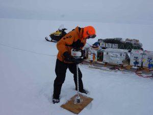 Abteufen eines Bohrlochs zum Einbringen der seismischen Sprengladung (Foto: C. Hofstede)