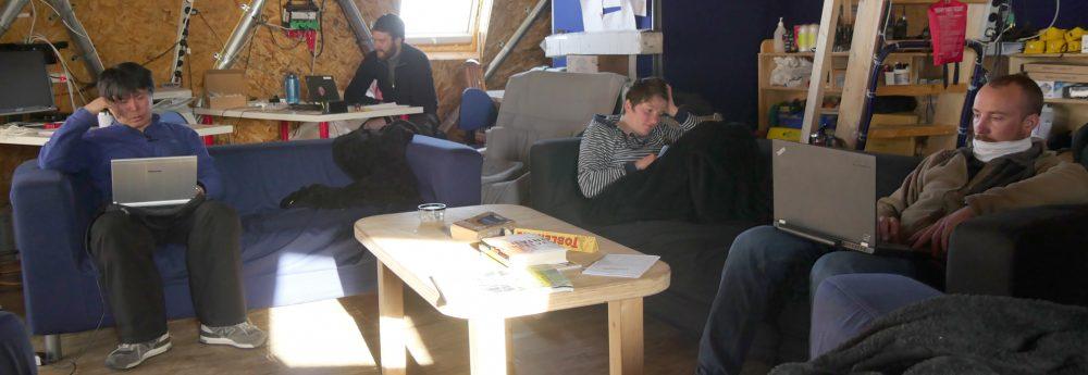 Arbeiten und entspannen in der Lounge. Foto: EastGRIP field diary