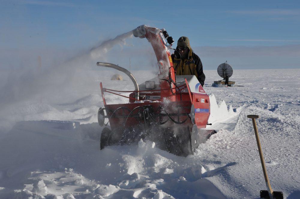 JP an der Schneefräse. Foto: Sepp Kipfstuhl