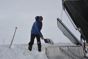 Christian schaufelt Schnee. Foto: Sepp Kipfstuhl