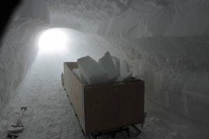 Ein Schlitten mit Schneeblöcken. Foto: Sepp Kipfstuhl