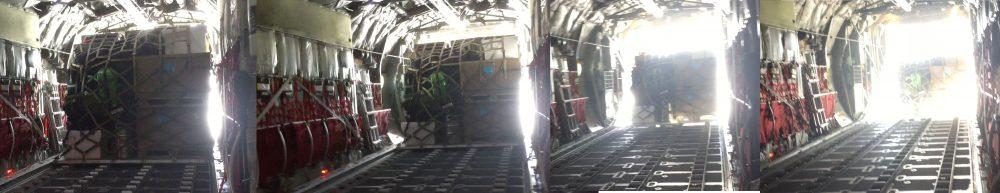 Airdrop: Die Fracht verlässt das Flugzeug. Foto: Ilka Weikusat