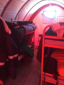 Blick in eines der Schlafzelte. Foto: Ilka Weikusat