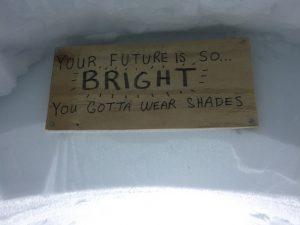Dieses Warnschild soll die Wissenschaftler daran erinnern, eine Sonnenbrille aufzusetzen. Foto: Ilka Weikusat