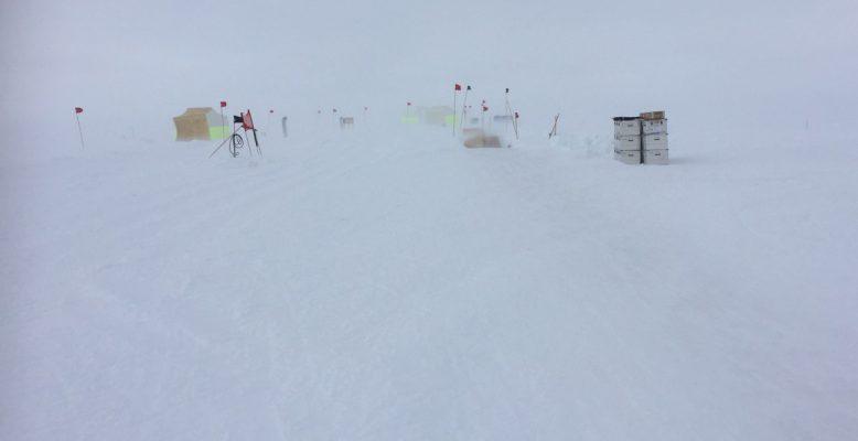 Bei Wetter mit schlechtem Sichtkontrast auf der Schneeoberfläche und fehlendem Horizont sind die roten Fahnen unerlässlich, um Wege zu finden. Foto: Ilka Weikusat