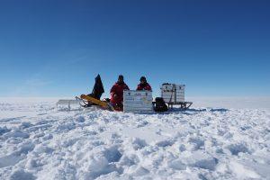 Die AWI-Glaziologen Jan Eichler und Ina Kleitz auf dem grönländischen Eisschild. Foto: Jan Eichler