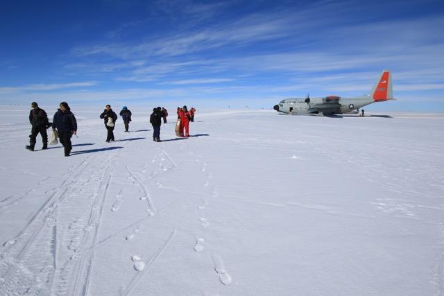 Ankunft auf dem Grönländischen Eisschild (Foto: Nicolas Stoll)