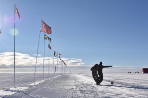 Eine ganz normale Woche im EGRIP-Camp: Von Toiletten-Löchern, Fußball auf dem Eis und Gästen aus aller Welt