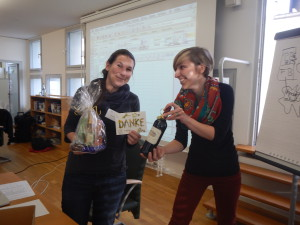 Renate Degen (left) gets a present from Meike Köhler (right) for organising the annual meeting in Bremerhaven.