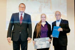 Rebecka Wünsche mit dem Präsidenten der Helmholtz-Gemeinschaft Jürgen Mlynek (rechts) und DKB-Vorstandsmitglied Thomas Jebsen (links) bei der Preisverleihung.