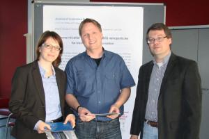 HZI-Forscher Kai Schulze nimmt den Preis Paper of the Month im Februar 2015 entgegen