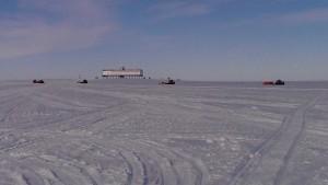 Die SANAE-Traverse bepackt auf dem Rueckweg mit Raumschiff Neumayer im Hintergrund