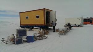 Essen in den Wohncontainer packen - nebenbei noch den Aufbau der Geomagnetik testen, mit GPS-Antenne im Vordergrund.