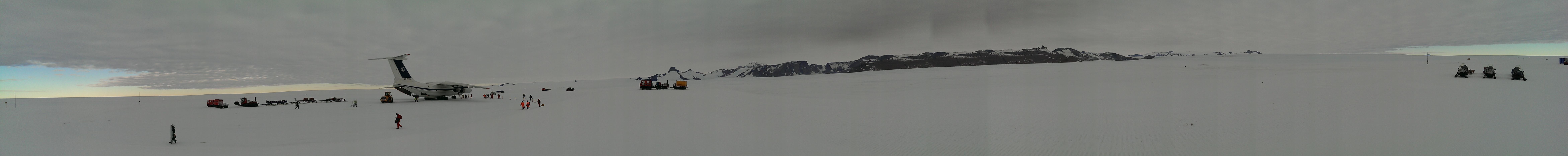 Panoramablick vom Flugfeld Troll